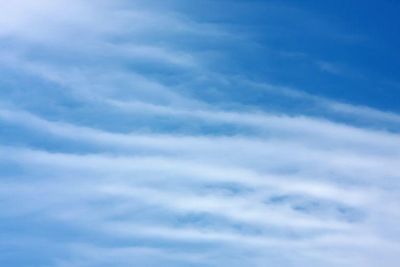 Blauwe lucht met witte cirrus wolken van Jan Brons