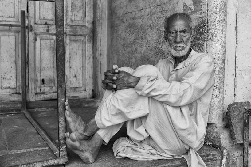 Boos kijkende man op veranda in Varansi India. One2expose Wout Kok van Wout Kok