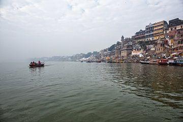 Toeristen genieten van een boottocht op de heilige rivier de Ganges Varanasi, India van Tjeerd Kruse
