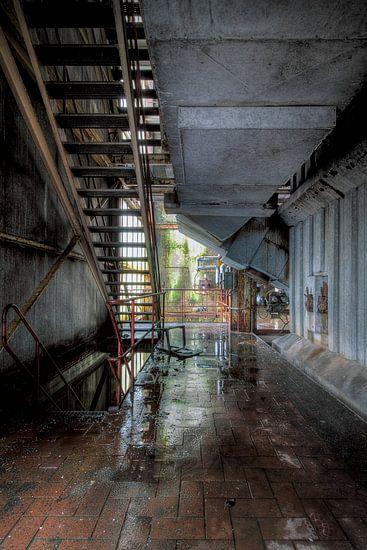 Spiegeling in een oude fabriek van Truus Nijland