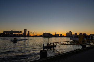 Tijdens avondzon de drie bruggen van Rotterdam op de foto van Jorg van Krimpen