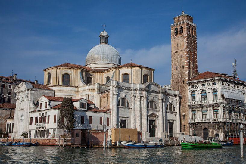 Alte Gebäude und Kirche am Kanal im alten Zentrum von Venedig, Italien von Joost Adriaanse