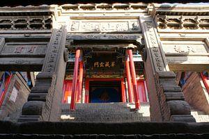 Bewerkte Stenen Poort in Buddhistische Tempel van Ben Nijhoff