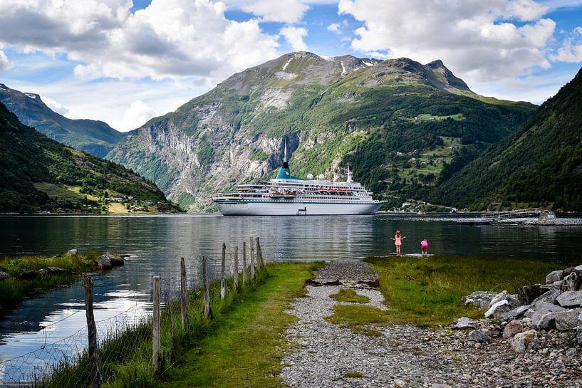 Cruiseboot  in Geiranger fjord van Marjo Kusters