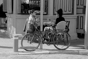 Vrouwen op terrasje, Tel Aviv van Inge Hogenbijl