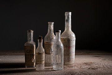 Oude glazen flessen van Barbara Brolsma