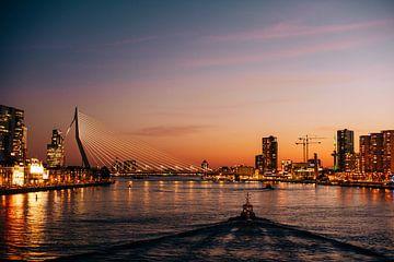 Een leeg Rotterdam in het avondlicht met politieboot van Jordy Brada
