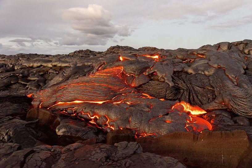 Hawaii - Lava tritt aus einer Erdspalte aus von Ralf Lehmann