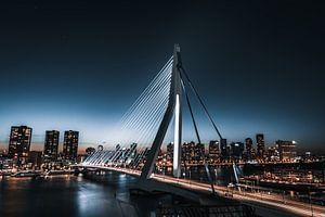 Blauwe Erasmusbrug in de nacht, rotterdam