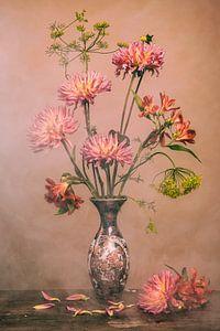 Blumen in chinesischer Vase von Maaike Andrews