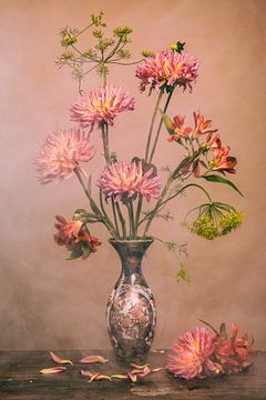 Bloemen in chinese vaas van Maaike Andrews