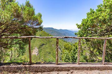 Landschaft mit Bergen und Tal in Portugal von Ben Schonewille