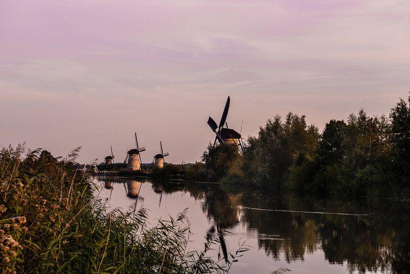 Les moulins de Kinderdijk dans la lumière du soir sur Brian Morgan