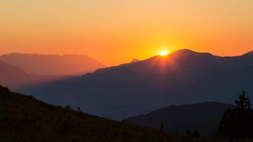 Zonsondergang achter de bergen