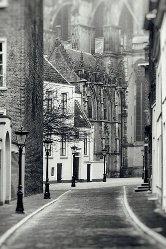 Achter de Dom in Utrechtin zwart-wit van