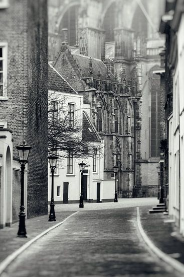 Achter de Dom in Utrechtin zwart-wit