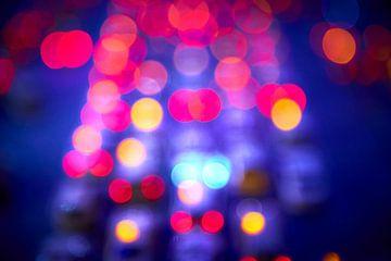 Abstract van autolampen en ander licht in de avond van Jenco van Zalk