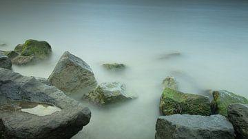 stenen en water met lange sluitertijd van