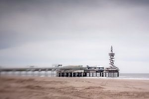 pier aan het strand bij scheveningen