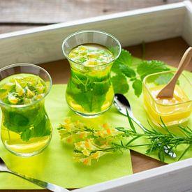 Gläser mit frisch aufgebrühtem Tee aus Zitronenmelisse und Leinsamen von Stefanie Keller