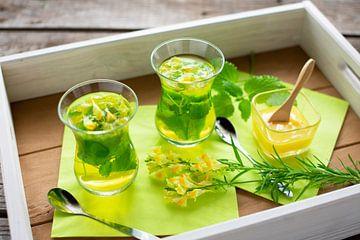 Glazen met vers gezette thee van citroenmelisse en lijnzaad van Stefanie Keller