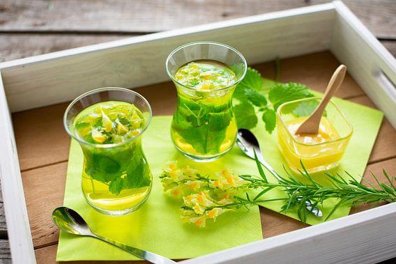 Gläser mit frisch aufgebrühtem Tee aus Zitronenmelisse und Leinsamen