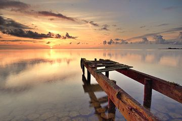 Abgelaufene Gerüste bei Sonnenaufgang von John Leeninga