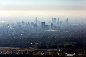 Luchtfoto centrum Rotterdam tijdens zonsopkomst