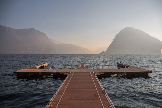Meer van Lugano bij zonsondergang