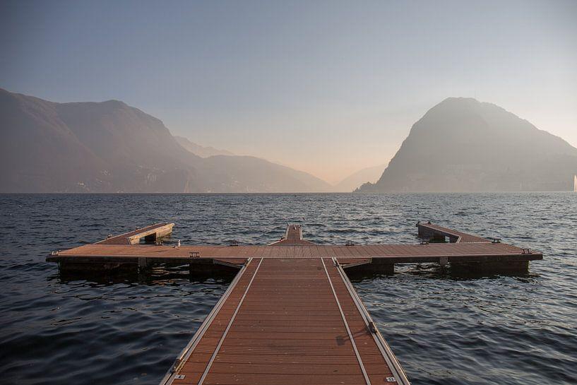 Meer van Lugano bij zonsondergang van Joost Adriaanse
