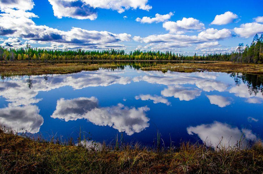 """""""Weerspiegeling"""" in het Oulanka Nationaal Park, Finland. van Kaj Hendriks"""