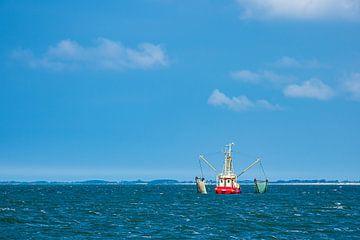 Krabbenkotter op de Noordzee bij het eiland Pellworm van Rico Ködder