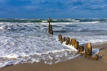 Buhnen an der Ostseeküste an einem stürmischen Tag von Rico Ködder