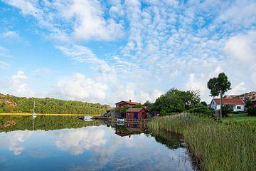Spiegelung im Wasser in Nösund auf der Insel Orust in Schweden von Rico Ködder