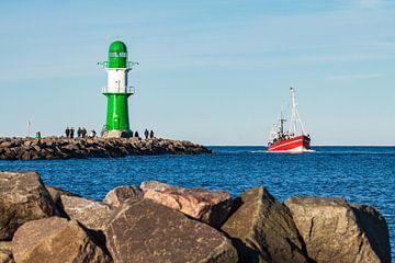 Fischerboot an der Mole von Warnemünde von Rico Ködder