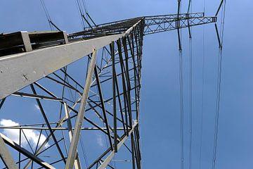 Electriciteitsmast en kabels van