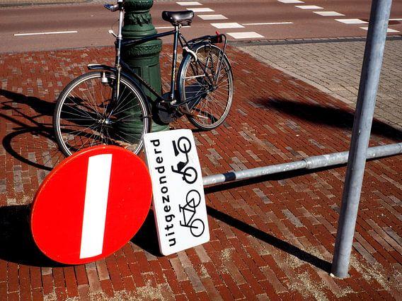 Stilleven van fiets en verkeersbord