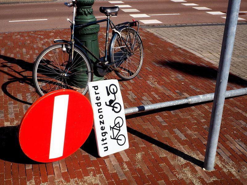 Stilleven van fiets en verkeersbord van Norbert Aronds