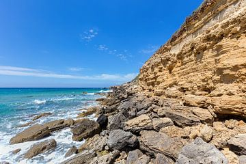Berg met rotsen aan kust in Kefalonia Griekenland van Ben Schonewille