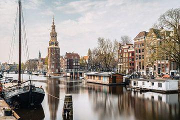Tour, canal et vieilles maisons de Montelbaan à Amsterdam, Pays-Bas. sur Lorena Cirstea