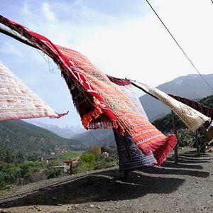 Tapijten in Marokko op weg naar het Andes gebergte.