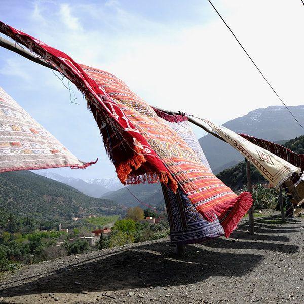 Tapijten in Marokko op weg naar het Andes gebergte. van Ingrid Meuleman