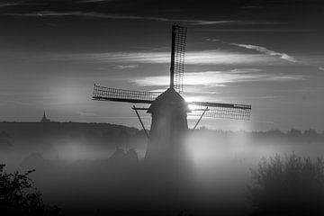 Ein nebliger Morgen bei De Marsch (Mühle) in Lienden, Betuwe von Moetwil en van Dijk - Fotografie