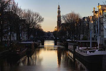 Westertoren over Prinsengracht tijdens zonsondergang van Floris Heuer