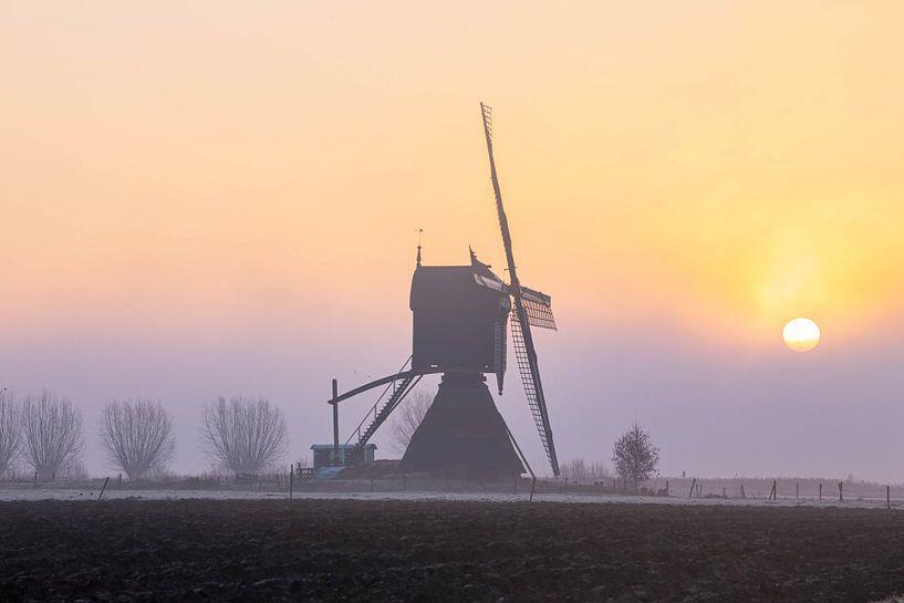 Niederholland, Mühle im Nebel von Paul Begijn