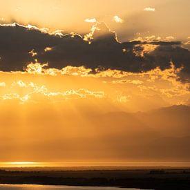 Issyk-Kul-See bei Sonnenuntergang von Daan Kloeg