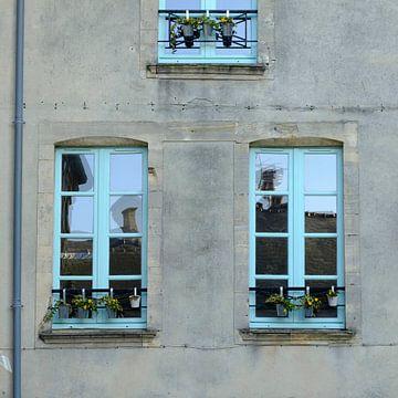 Sfeervolle voorgevel met weerspiegeling in de ramen van Petra Cremers