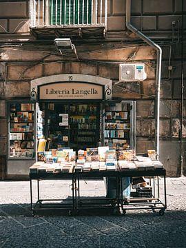 Italiaanse boekenwinkel in het historische centrum van Napels