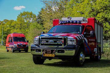 Ford brandweerwagen met op de achtergrond brandweer De Valk van Mariska Bruin