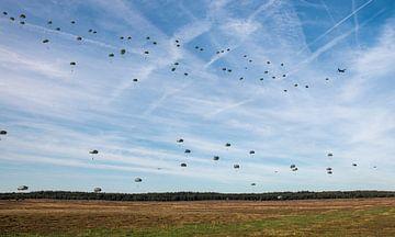 Fallschirmjäger fallen über die Ginkelheide. von